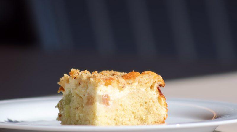 Rhabarberkuchen mit Quark und Streuseln