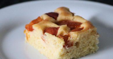 Schneller Blechkuchen mit Aprikosen und Buttermilch