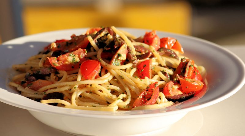 Spaghetti mit Pesto, Oliven und Cherrytomaten